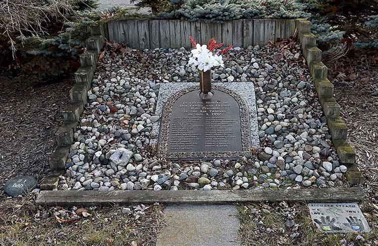 Мемориал на месте авиакатастрофы. Расследование авиакатастроф 17 сезон 2 серия.