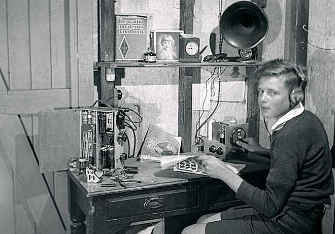 Еще школьником Дэвид увлекался электроникой и начал конструировать собственные радиоприемники
