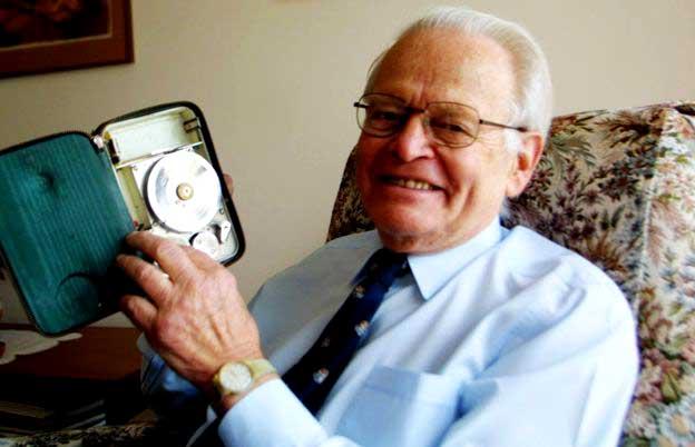 Дэвид Уоррен с первым комбинированным авиарегистратором, 2002 год
