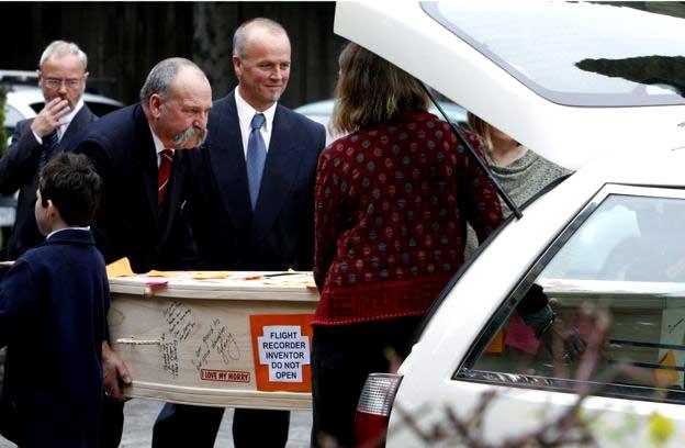 """На гробе с телом Дэвида Уоррена надпись """"Изобретатель авиарегистратора: не вскрывать"""""""